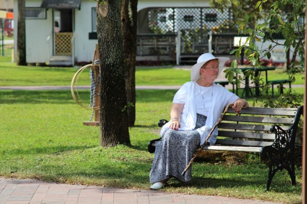 Volunteers-sitting-at-Yesteryear-Village